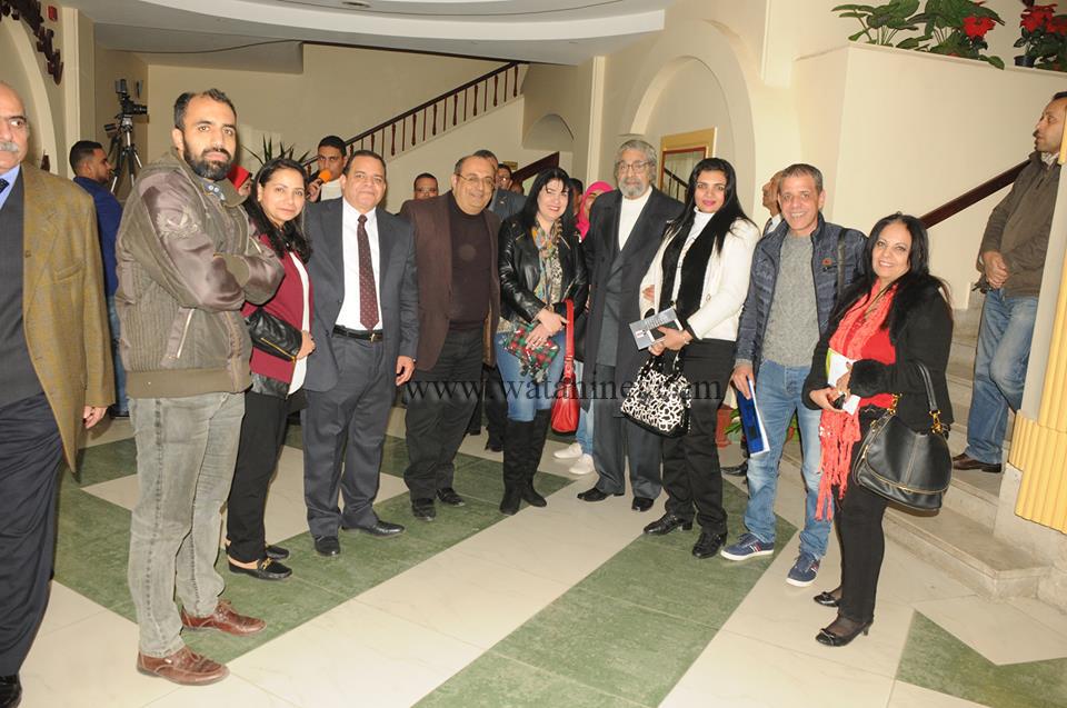 منظمو الحفل مع السادة الصحفيين ويتوسطهم الفنان الكبير سمير الاسكندرانى